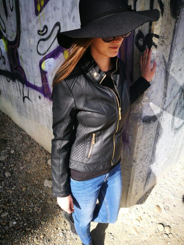 Čierna koženková bunda.