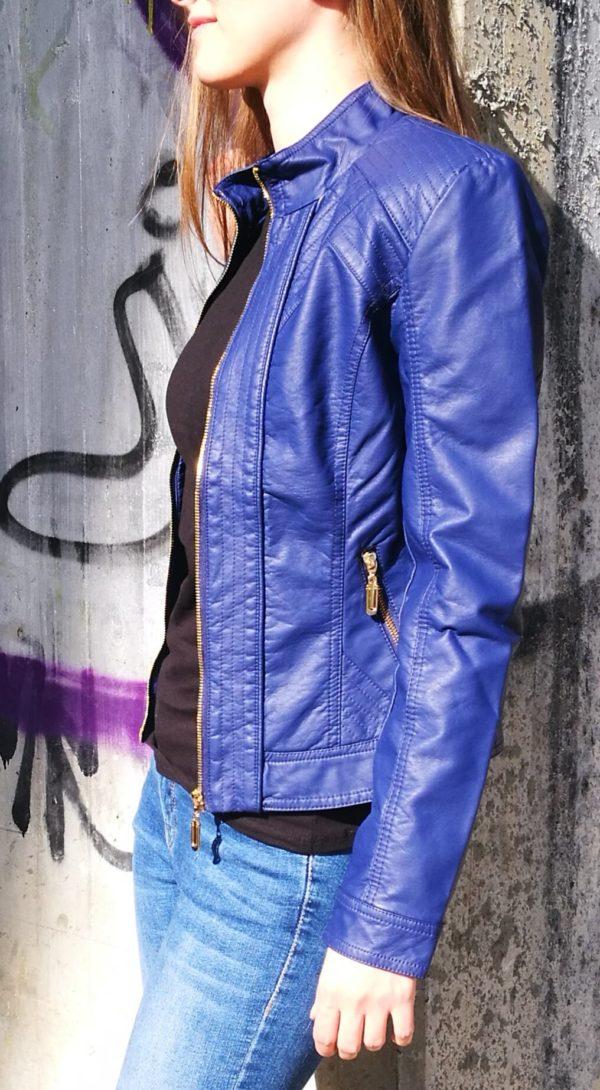 Fialová koženková bunda.