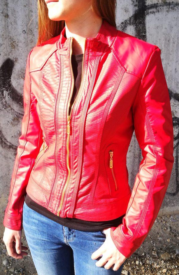 Červená koženková bunda s hadím vzorom.