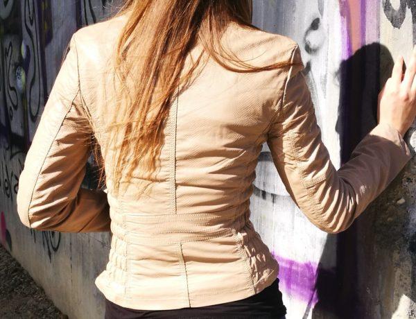 Piesková koženková bunda s hadím vzorom.