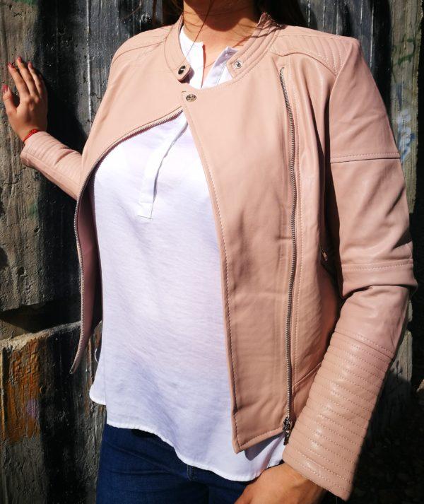 Ružová koženková bunda.