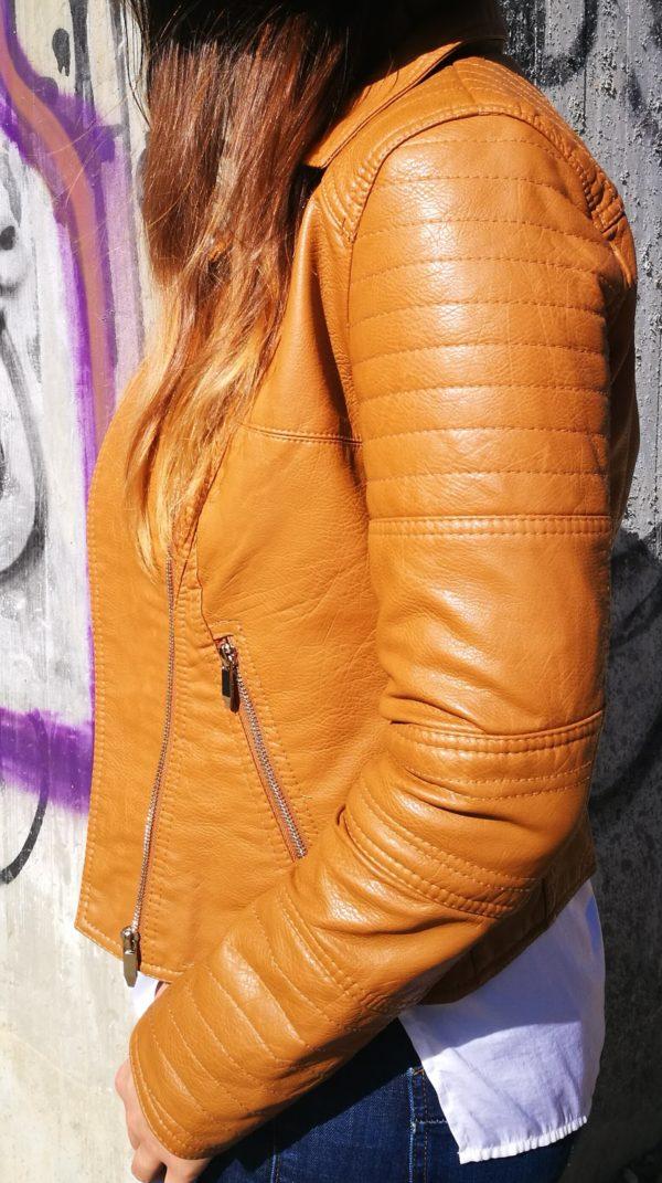 Hnedá koženková bunda.