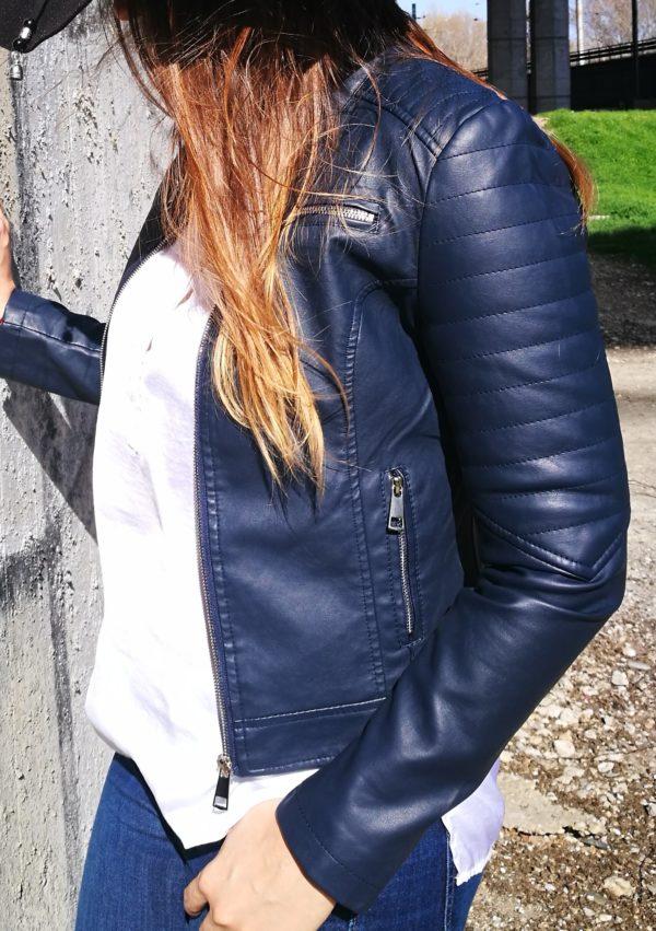 Modrá koženková bunda.